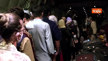 11 - Aquila Omnia, conclusa evacuazione profughi. Le immagini dell'ultimo volo da Kabul