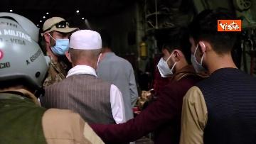 8 - Aquila Omnia, conclusa evacuazione profughi. Le immagini dell'ultimo volo da Kabul