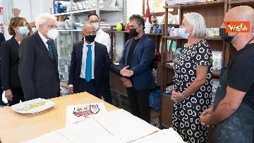 6 - Mattarella firma un casco da lavoro per i ragazzi del carcere minorile di Nisida