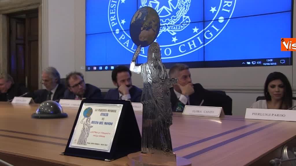 16-03-18 Calcio, presentazione Partita Mundial contro la violenza sulle donne - Il premio