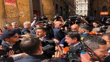 8 - Conte esce a prendere un caffè e viene preso d'assalto dai giornalisti