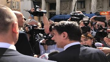 4 - Conte esce a prendere un caffè e viene preso d'assalto dai giornalisti