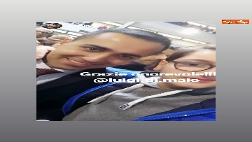 3 - Di Maio a Pomigliano d'Arco, i selfie con i suoi sostenitori sui social network