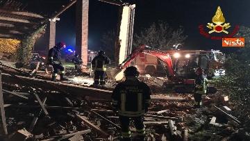 3 - Esplosione in una cascina ad Alessandria, muoiono 3 vigili del fuoco
