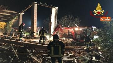 2 - Esplosione in una cascina ad Alessandria, muoiono 3 vigili del fuoco