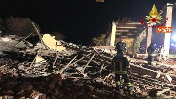 7 - Esplosione in una cascina ad Alessandria, muoiono 3 vigili del fuoco