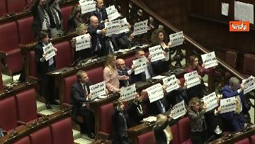 4 - Migranti, la protesta di FdI in aula Camera contro Global compact 'Stop invasione'