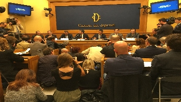 6 - Di Maio e Fraccaro in conferenza stampa a Montecitorio su riforme costituzionali