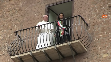 6 - La sindaca Raggi accoglie Papa Francesco in Campidoglio