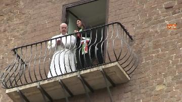 9 - La sindaca Raggi accoglie Papa Francesco in Campidoglio