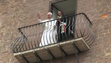 8 - La sindaca Raggi accoglie Papa Francesco in Campidoglio