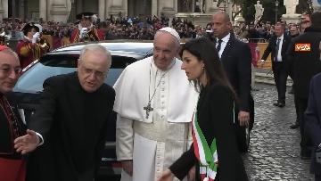 3 - La sindaca Raggi accoglie Papa Francesco in Campidoglio