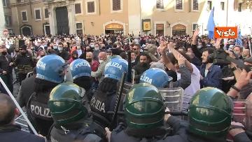 8 - Tafferugli a Piazza Montecitorio, la polizia carica i manifestanti