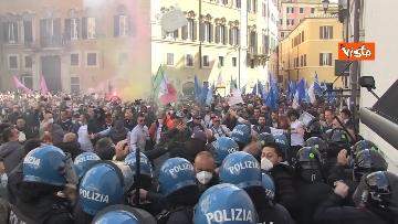 3 - Tafferugli a Piazza Montecitorio, la polizia carica i manifestanti