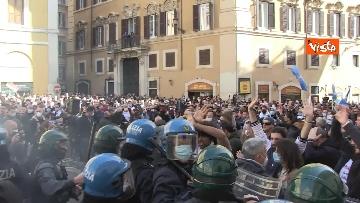 9 - Tafferugli a Piazza Montecitorio, la polizia carica i manifestanti
