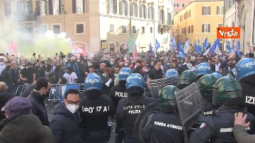 4 - Tafferugli a Piazza Montecitorio, la polizia carica i manifestanti