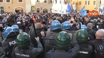 7 - Tafferugli a Piazza Montecitorio, la polizia carica i manifestanti