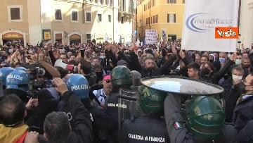 11 - Tafferugli a Piazza Montecitorio, la polizia carica i manifestanti