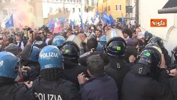 2 - Tafferugli a Piazza Montecitorio, la polizia carica i manifestanti