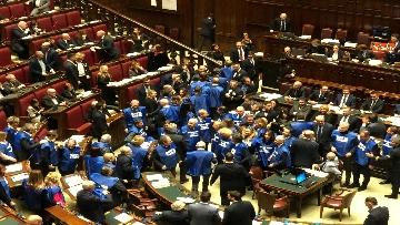 9 - Bagarre in aula alla Camera, Forza Italia protesta con i gilet blu