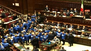 10 - Bagarre in aula alla Camera, Forza Italia protesta con i gilet blu