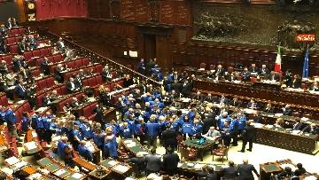 6 - Bagarre in aula alla Camera, Forza Italia protesta con i gilet blu