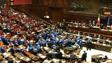 3 - Bagarre in aula alla Camera, Forza Italia protesta con i gilet blu