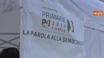 2 - Primarie Pd, Calenda fa lo scrutatore in piazza del Popolo