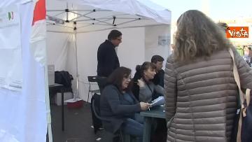 5 - Primarie Pd, Calenda fa lo scrutatore in piazza del Popolo