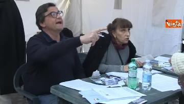 9 - Primarie Pd, Calenda fa lo scrutatore in piazza del Popolo