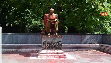 1 - La statua di Indro Montanelli a Milano nuovamente imbrattata