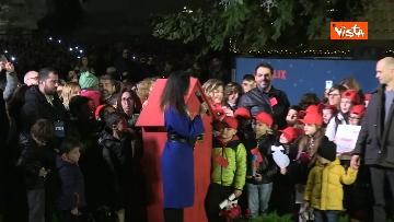 1 - 'Spelacchio' l'albero di Natale di Roma, si accende in Piazza Venezia