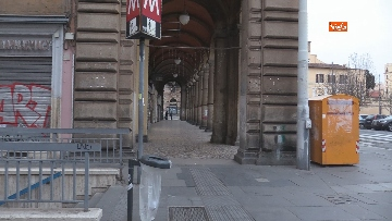9 - I portici di piazza Vittorio a Roma deserti. Il quartiere è spento
