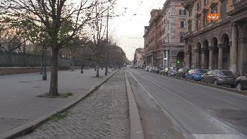 6 - I portici di piazza Vittorio a Roma deserti. Il quartiere è spento