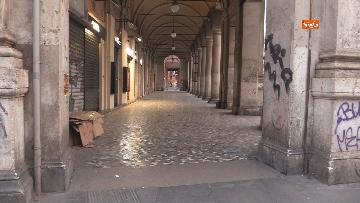 2 - I portici di piazza Vittorio a Roma deserti. Il quartiere è spento