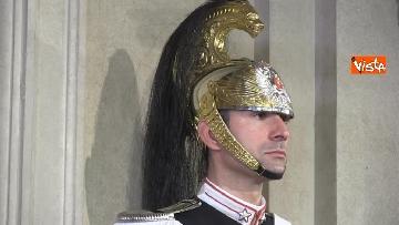 3 - Consultazioni, il cambio della guardia fuori dalla stanza di Mattarella