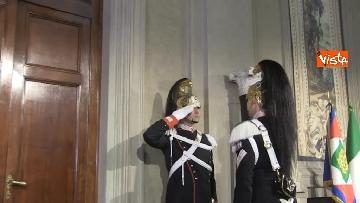 8 - Consultazioni, il cambio della guardia fuori dalla stanza di Mattarella