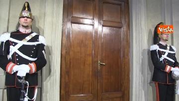 4 - Consultazioni, il cambio della guardia fuori dalla stanza di Mattarella