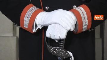 5 - Consultazioni, il cambio della guardia fuori dalla stanza di Mattarella