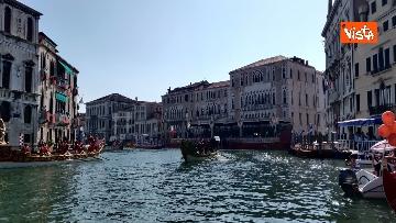 2 - La Regata Storica a Venezia, le immagini dello spettacolare corteo che sfila nel Canal Grande