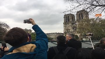 3 - Notre-Dame, folla di giornalisti all'esterno della cattedrale all'indomani dell'incendio