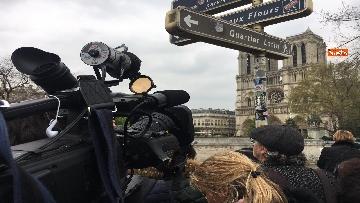2 - Notre-Dame, folla di giornalisti all'esterno della cattedrale all'indomani dell'incendio