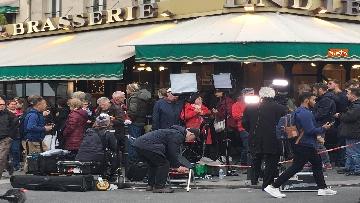 4 - Notre-Dame, folla di giornalisti all'esterno della cattedrale all'indomani dell'incendio