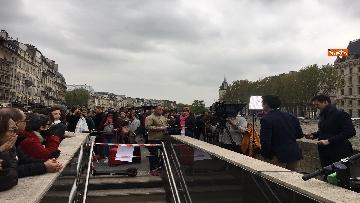 5 - Notre-Dame, folla di giornalisti all'esterno della cattedrale all'indomani dell'incendio