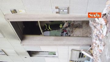 1 - Esplosione Milano, palazzina sventrata, macerie a terra, vigili del fuoco a lavoro, le immagini