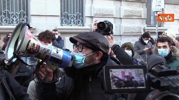 7 - Finita l'occupazione del liceo Manzoni a Milano. L'uscita dei ragazzi con cori e striscioni