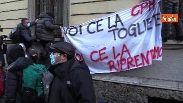 5 - Finita l'occupazione del liceo Manzoni a Milano. L'uscita dei ragazzi con cori e striscioni