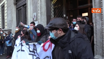 2 - Finita l'occupazione del liceo Manzoni a Milano. L'uscita dei ragazzi con cori e striscioni