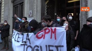 3 - Finita l'occupazione del liceo Manzoni a Milano. L'uscita dei ragazzi con cori e striscioni