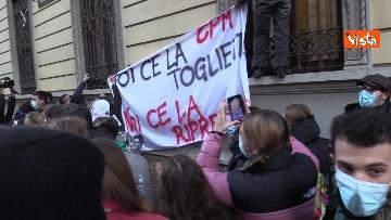 4 - Finita l'occupazione del liceo Manzoni a Milano. L'uscita dei ragazzi con cori e striscioni